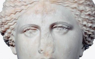 Μαρμάρινη κεφαλή της Αφροδίτης, έργο του 1ου αι., φέρει στο μέτωπο το σύμβολο του σταυρού